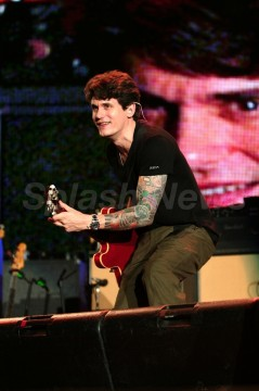 78eb8af65c72 005.jpg 239x360 John Mayer Rocks Out