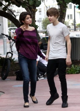 1bba7dad6eMiami11.jpg1 261x360 Justin Bieber Says Selena Gomez Is Awesome