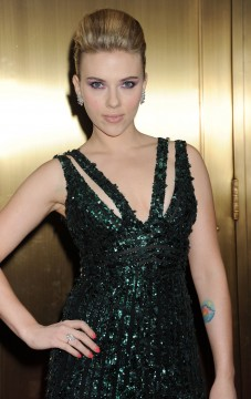 4ce339e231887536.jpg 227x360 Was Scarlett Johansson fooling around on Ryan Reynolds?