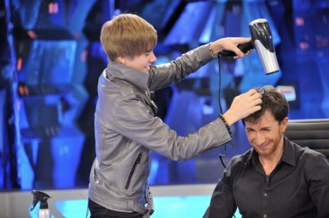 a5899516f427x350.jpg 480x318 THG Caption Contest: The Bieb and the Blow Dryer