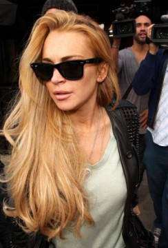 0ba2feffbb75x552.jpg 244x360 Lindsay Lohan Calls 911 on Shady Photographer