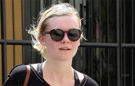 881e973caaPussy.jpg Kirsten Dunst Covers her Pussy When Leaving the Gym of the Day