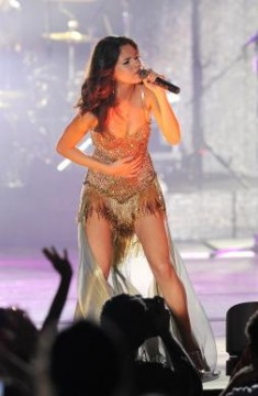 c3edb7061c53x386.jpg 235x360 Selena Gomez: Sequined and Singing in Boca Raton